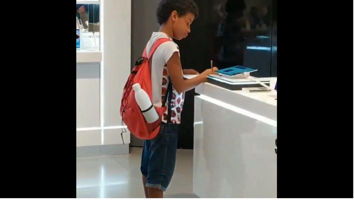 VIDEO | Un niño es captado usando la tablet de una tienda para hacer su tarea escolar