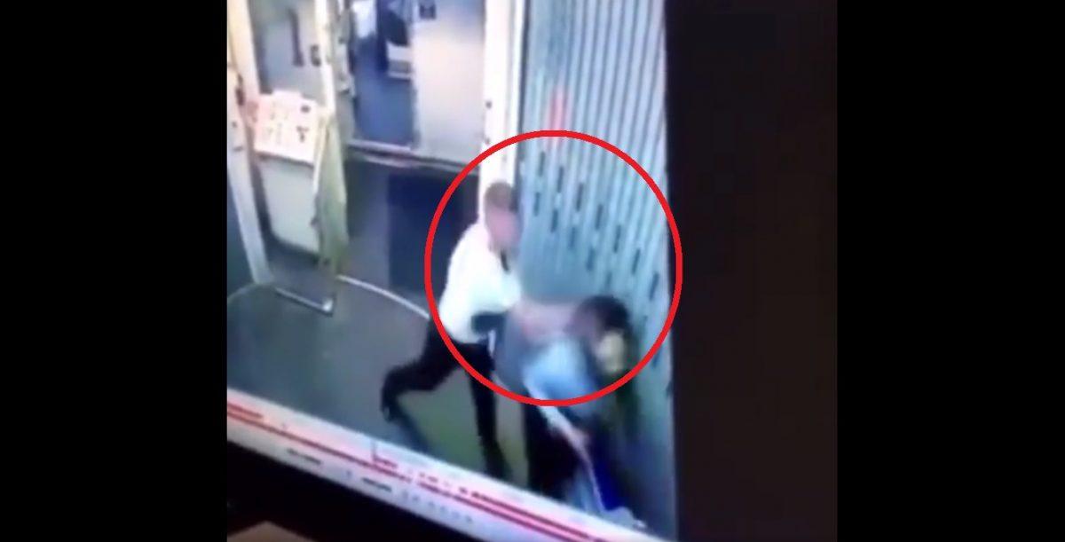 VIDEO | Un piloto y una auxiliar de vuelo terminan a golpes en plena entrada al avión