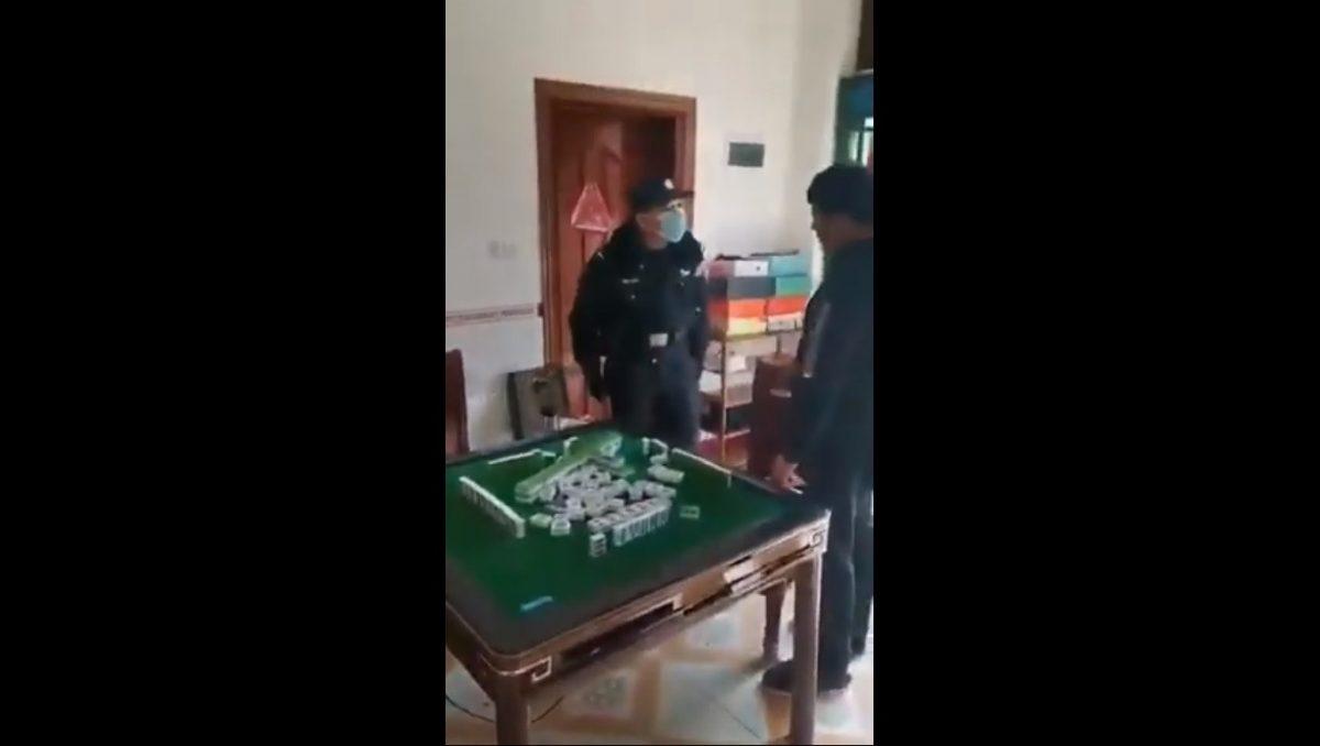 VIDEO | Policía encuentra jugando a ciudadanos chinos y reacciona a martillazos