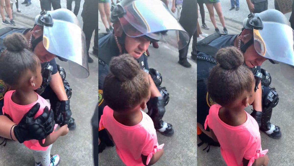 VIDEO: un policía es captado consolando a una niña de 5 años durante las manifestaciones en EE.UU.