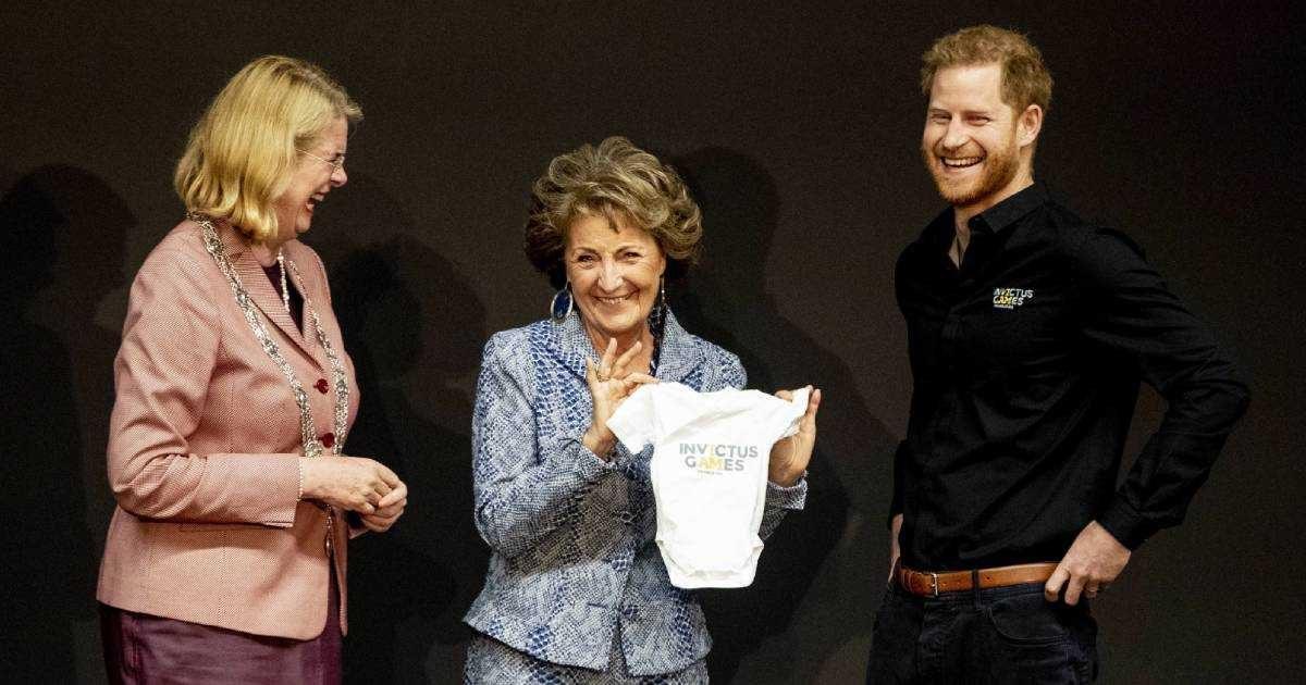 VIDEO   El príncipe Harry de Inglaterra recibe ropa de bebé al retomar su trabajo