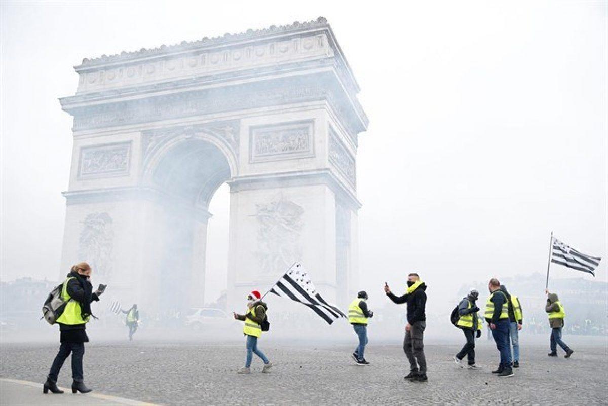 VIDEO   París: la Policía usa gas lacrimógeno en una manifestación