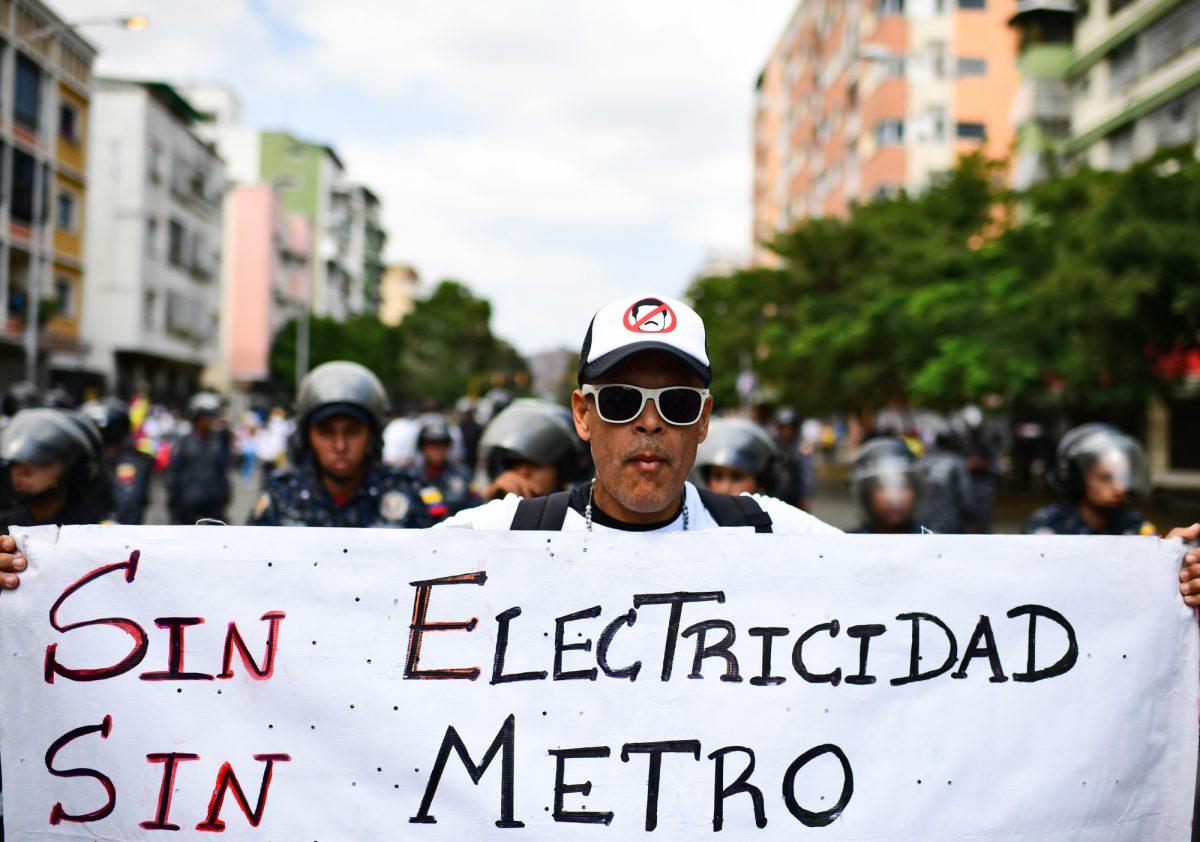 Los venezolanos marchan en medio del caos por un apagón