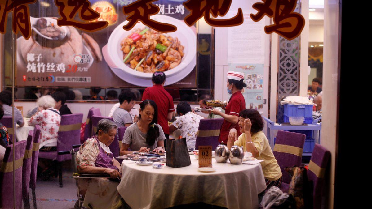 Tres familias chinas contrajeron coronavirus por el aire acondicionado en un restaurante
