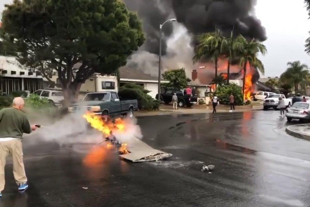 VIDEO | Un avión se estrelló en un barrio de California