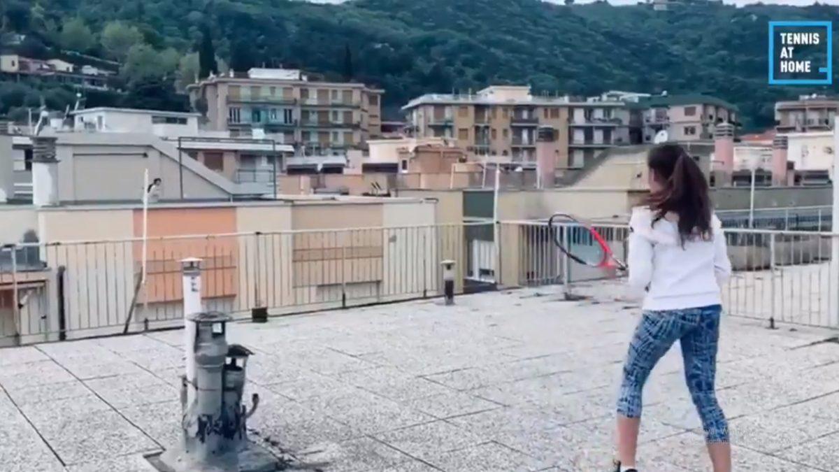 VIDEO: Mujeres juegan tenis desde los techos de las casas mientras están en confinamiento
