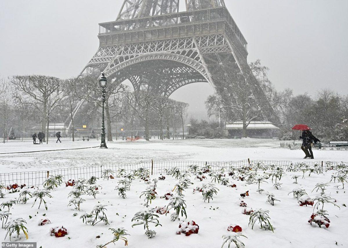 FOTOS: la Torre Eiffel se cierra por la nieve que golpea a París