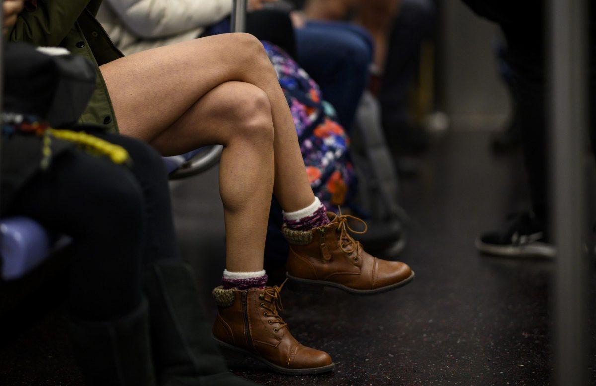¡Una reportera de Univision sorprende al subirse al tren de Nueva York en ropa interior!