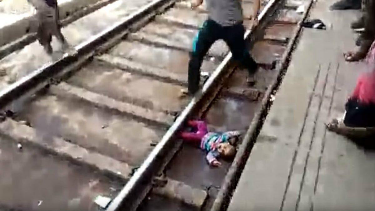 VIDEO: bebé sale ilesa en la India tras pasarle un tren por encima