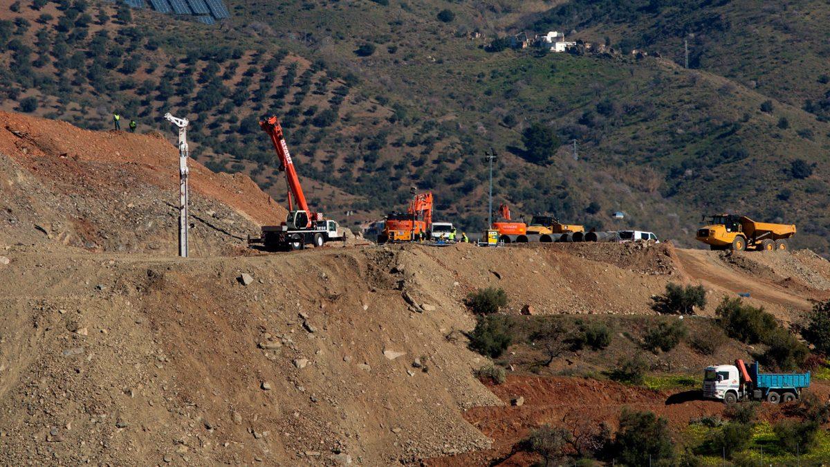 España | Un error los obliga a excavar de nuevo para rescatar a niño que cayó en un pozo