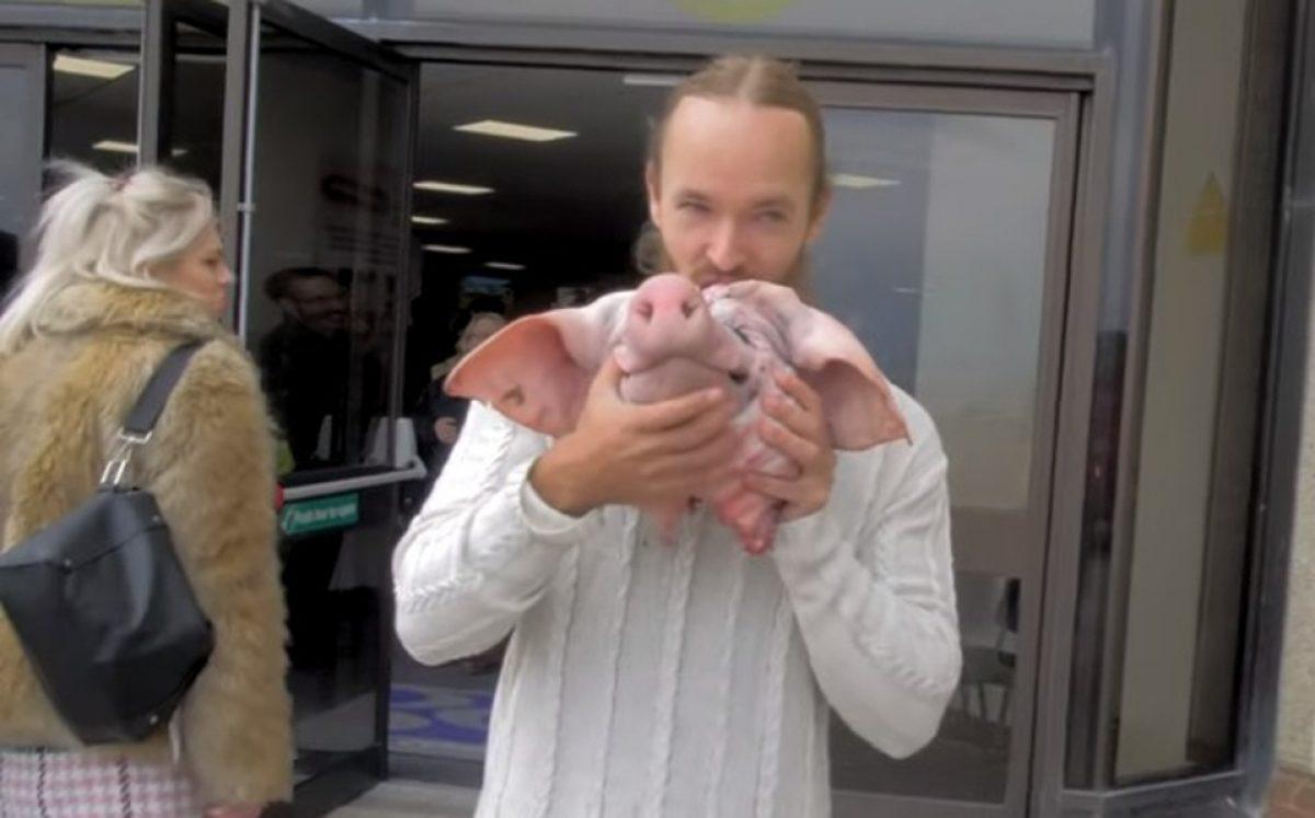 Un youtuber comió una cabeza de cerdo cruda para protestar contra veganos
