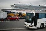 Transfieren a tierra a primeros pasajeros de crucero en cuarentena en Japón