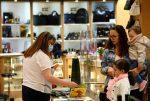 Tiendas y mercados de Francia reabrirán el 11 de mayo, pero los bares y restaurantes deberán esperar