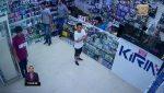 VIDEO   Saltó rápidamente la vitrina para robar un local de celulares en la Bahía