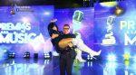 Charlie Zaa toma en sus brazos a Jasú en pleno escenario de los Premios TC a la Música