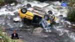 VIDEO | Un taxi con cinco pasajeros cayó a un río en Azuay