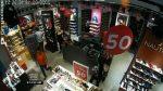 Video muestra cómo una mujer roba en el interior de un local comercial de zapatos