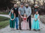 La sorpresa que una niña recibió de su padre y padrastro se vuelve viral en Facebook