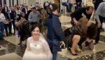VIDEO |  Se pelean para quedarse con el ramo de flores de la novia