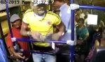 VIDEO: ladrón es apuñalado en la espalda por un pasajero durante asalto en el bus