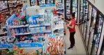 VIDEO: mujer entra a tienda abre un producto de limpieza y se lo aplica como perfume