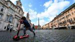 Con mascarillas y guantes, Italia se suma a países que buscan retornar a la normalidad