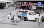 VIDEO| Tres sujetos asaltan en moto a un transeúnte a punta de 'cachazos'