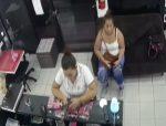 Cámaras de seguridad captan el preciso momento de un robo al interior de una peluquería
