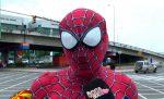 VIDEO   Conoce al Spiderman que se trepa al techo de los buses guayaquileños