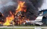 Avioneta cae sobre dos casas y se incendia con 6 personas a bordo