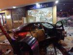 FOTOS | El impacto de dos autos dejó a dos heridos y daños en un local en Urdesa