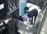 Cámaras de seguridad captan a tres sujetos robando un local de teléfonos celular
