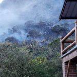 FOTOS   Bomberos de Quito luchan contra incendio forestal en el Pululahua