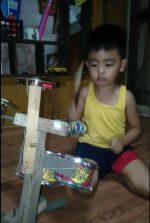 VIDEO | Niño de 4 años toca su batería hecha de basura como un profesional