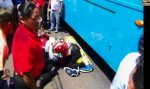 VIDEO | ¡Asustada la gente! Un adulto mayor fue atropellado por un bus en Cotopaxi