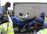 Auto impacta moto de Agente de Tránsito Municipal en Guayaquil