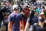 """""""Buscamos comida, tenemos hambre"""": los venezolanos se amontonan en los mercados callejeros en medio de la pandemia de coronavirus"""