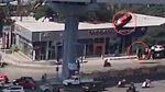 VIDEO: Momento en que un auto cae desde una autopista sobre un grupo de peatones