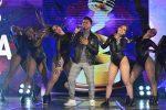 Luis Mesías canta como candidato a Artista Promesa en los Premios TC a la Música