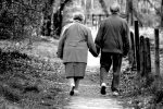 """""""El Alzheimer no puede borrar nuestra historia de amor"""": tiene 86 años y visita todos los días a su mujer, que ya no lo recuerda"""
