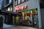 Camarero de una pizzería de Nueva York devuelve un cheque de 424.000 dólares a una clienta que no le dio propina