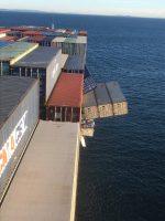 Un barco pierde 40 contenedores con plástico y Sídney se ve obligada a cerrar playas