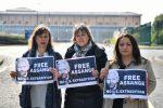 Diputados alemanes y españoles protestan delante de la cárcel en donde está Assange