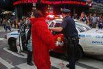 Detienen a un hombre disfrazado de Elmo por agresión sexual a una menor