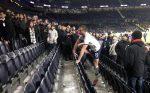VIDEO | Futbolista se mete a la tribuna para pelearse con hinchas