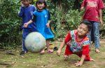 La increíble odisea de un niño discapacitado en Indonesia para ir a la escuela