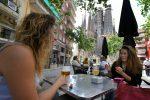 Españoles se reencuentran al fin en parques, terrazas y playas