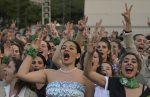 """VIDEO   Cien """"Evitas"""" homenajean a Eva Perón a 100 años de su nacimiento"""