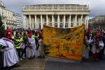 """VIDEO: mujeres """"chalecos amarillos"""" se manifiestan en Francia"""