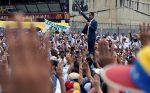 """VIDEO: Guaidó anuncia apoyo de """"valientes soldados"""" desde una base militar en Caracas"""